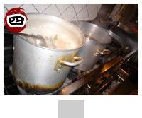 もち米をつめた鶏を10時間じっくり煮込みます。