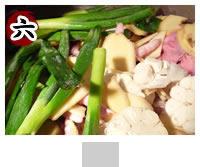 鶏ガラにモミジ(鶏の足)、トサカ、長ねぎ、しょうが、にんにくをいれます。